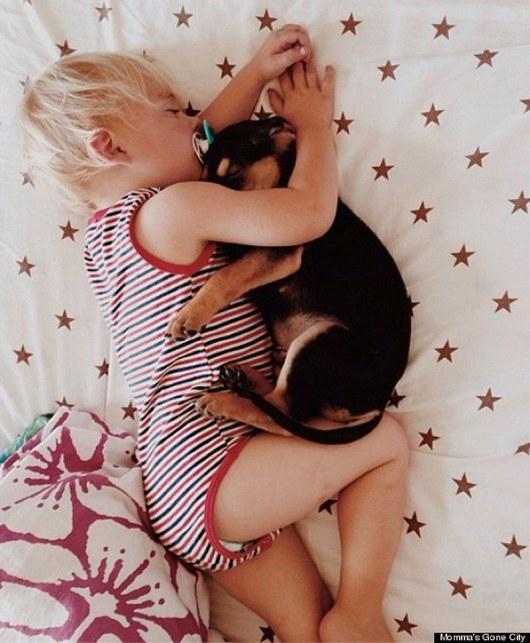 Каждый день, когда мама укладывает сына спать, Тео сразу же следует за ним.